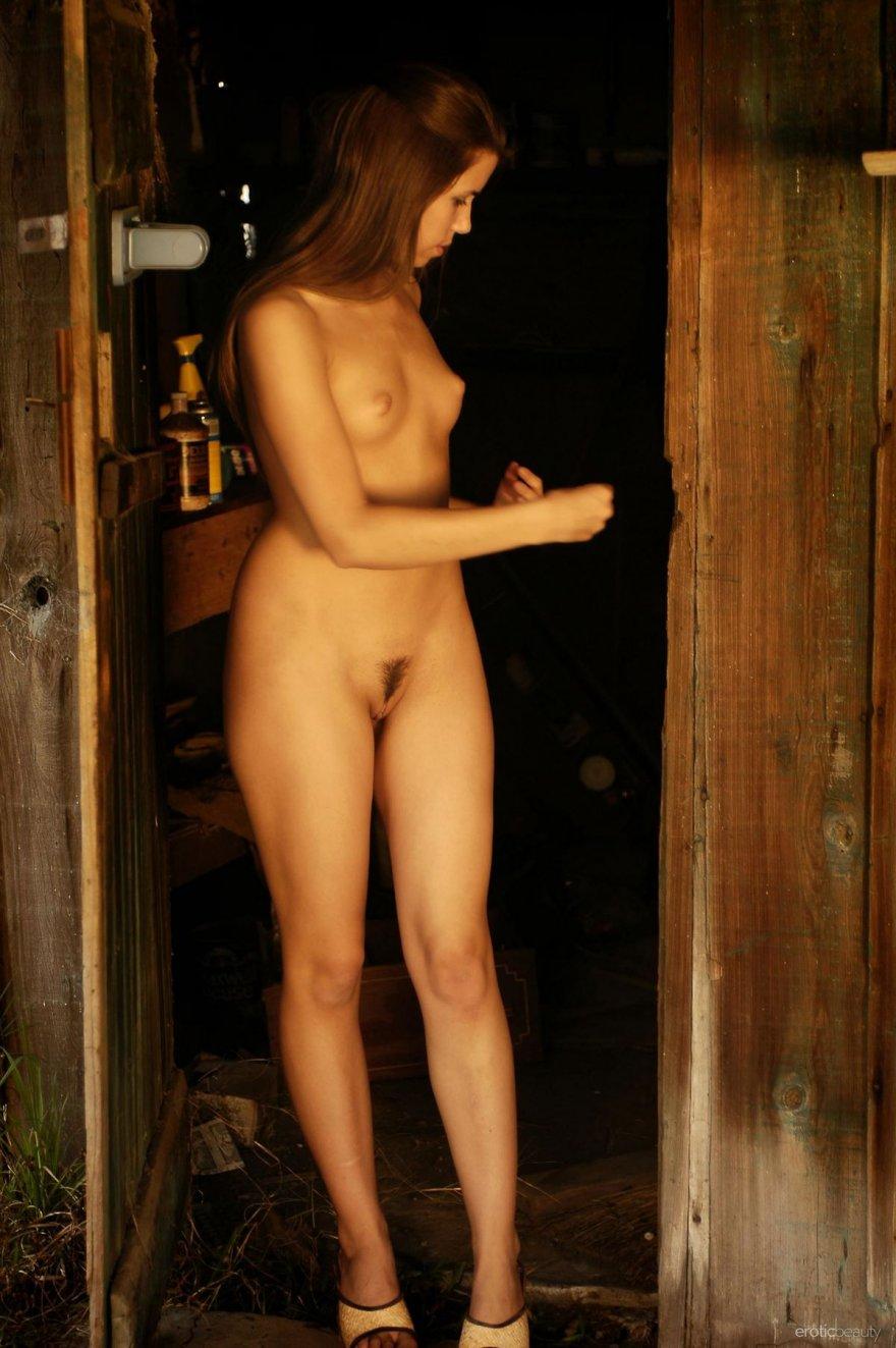 Фото ню обнаженной барышни в сарае