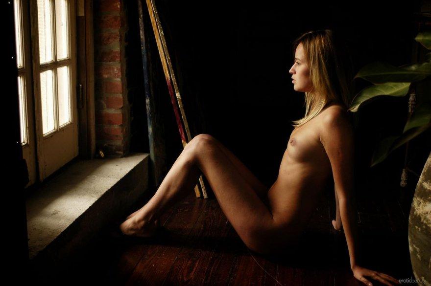 Ню фото раздетой девушки на ступеньках