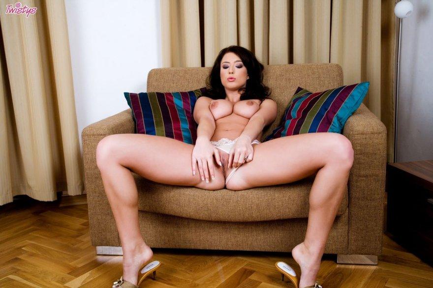 Роскошная юная мамочка снимает одежду в кресле
