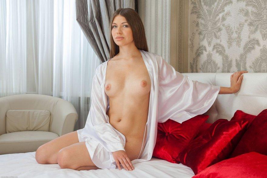 Совершеннолетняя мамаша в шелковом халате на голый торс
