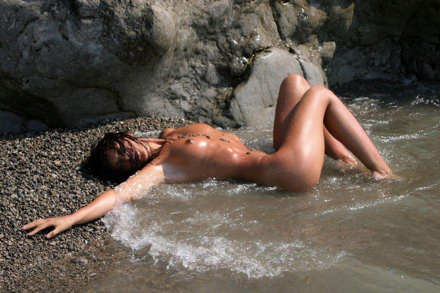 Прекрасная эротика смуглой брюнетки в море