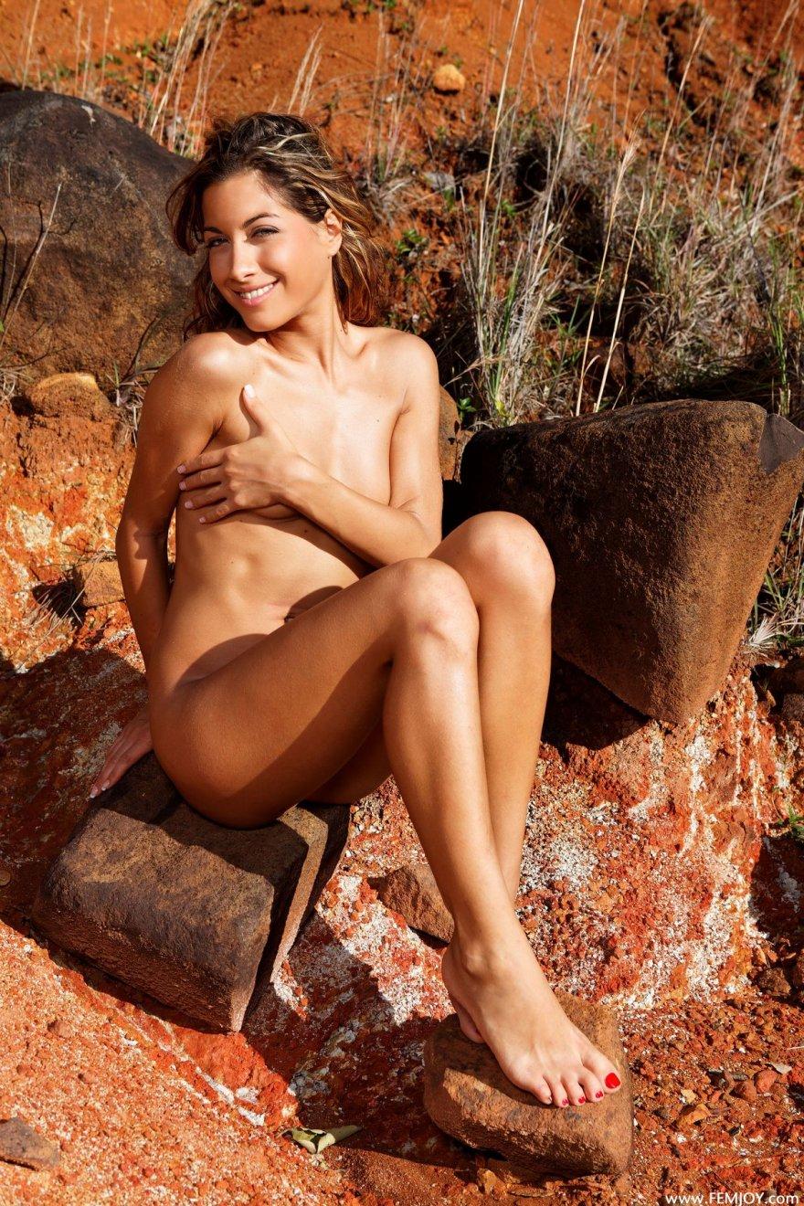 Женщина с маленькой грудью голая в карьере