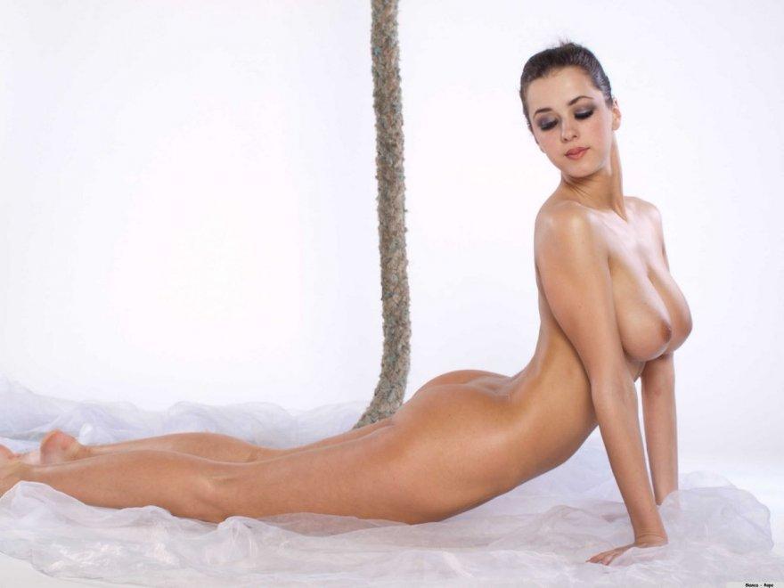 Голая гимнастка с шикарной грудью на канате