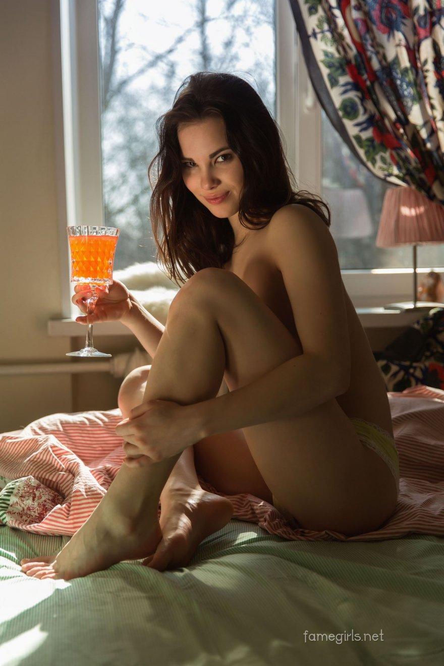 Легкая порнуха раздетой тёлки на лежанке