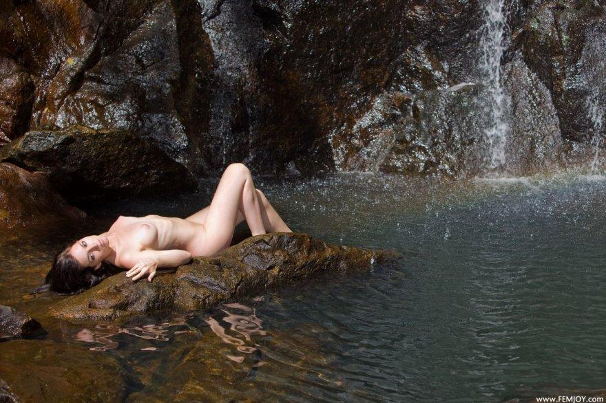 Прекрасные секс-фото брюнетки около водопада