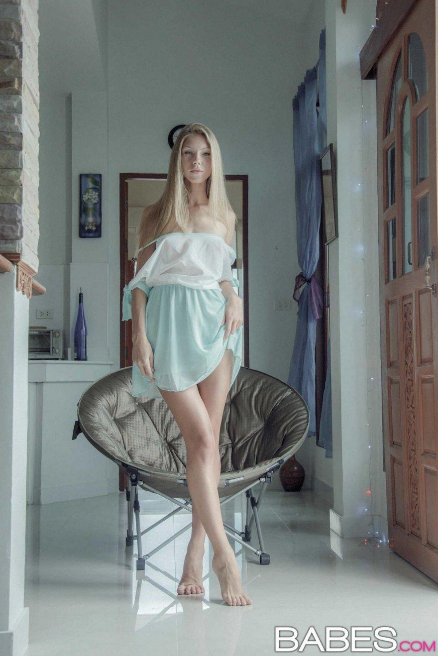 Светлая порноактриса медленно спускает голубое платьице