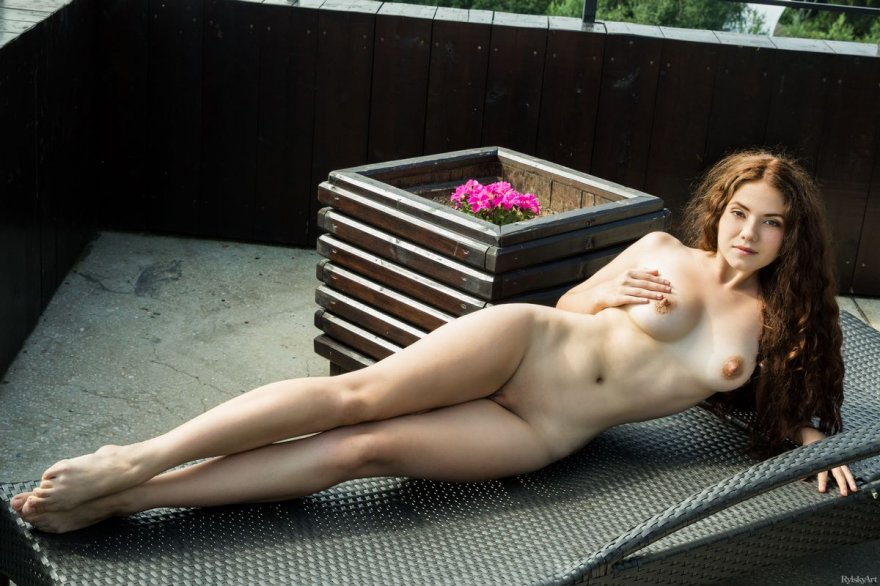 Фото эротики брюнетки с симпатичными волосами