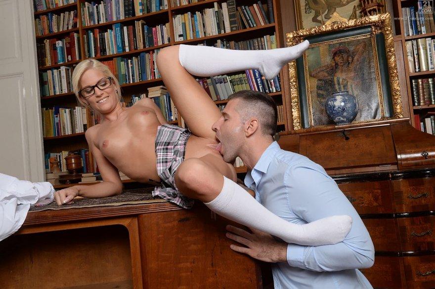 Секс с блондинкой в библиотеке