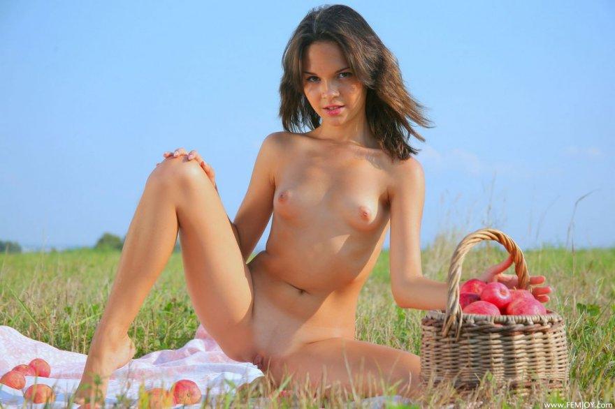 Роскошные эро фото манекенщицы с розовыми яблоками секс фото