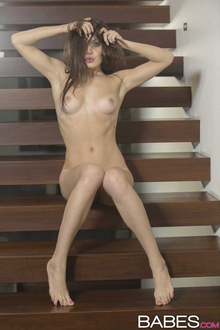 Женщина с розовыми губками позирует голая
