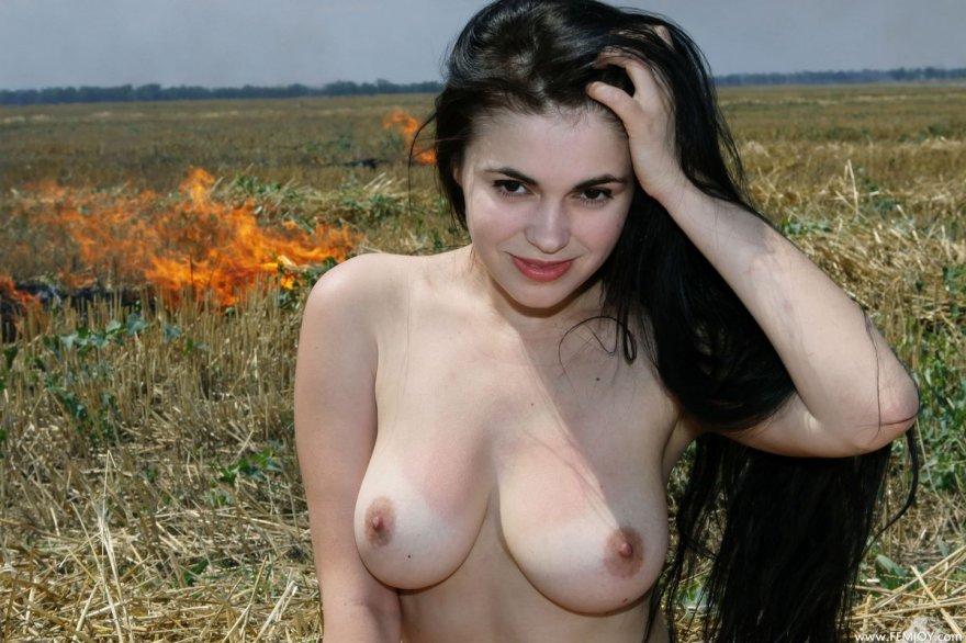 Красивая шатенка на выгоревшем поле