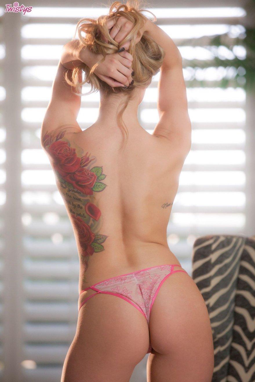 Блондинка в розовом кружевном топе
