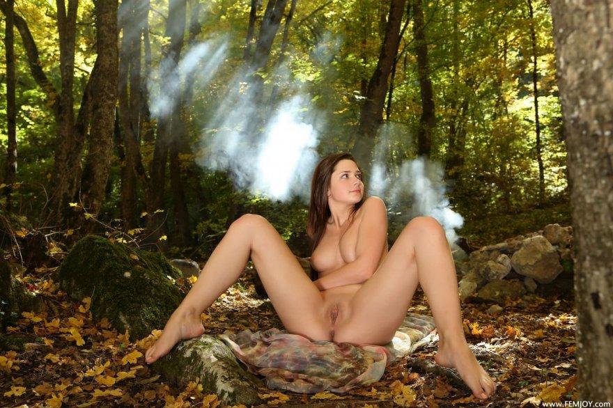Возбуждающие ххх фото 19-летней брюнетки в саду