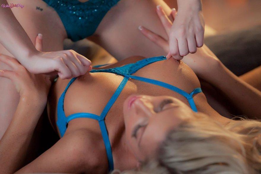 Две блондинки целуются возле камина