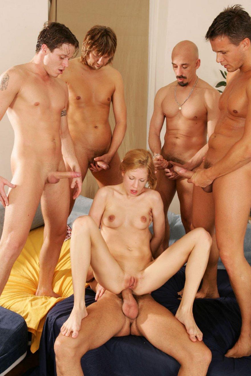 Молодые пацаны голых телок трахают, устраивая групповуху