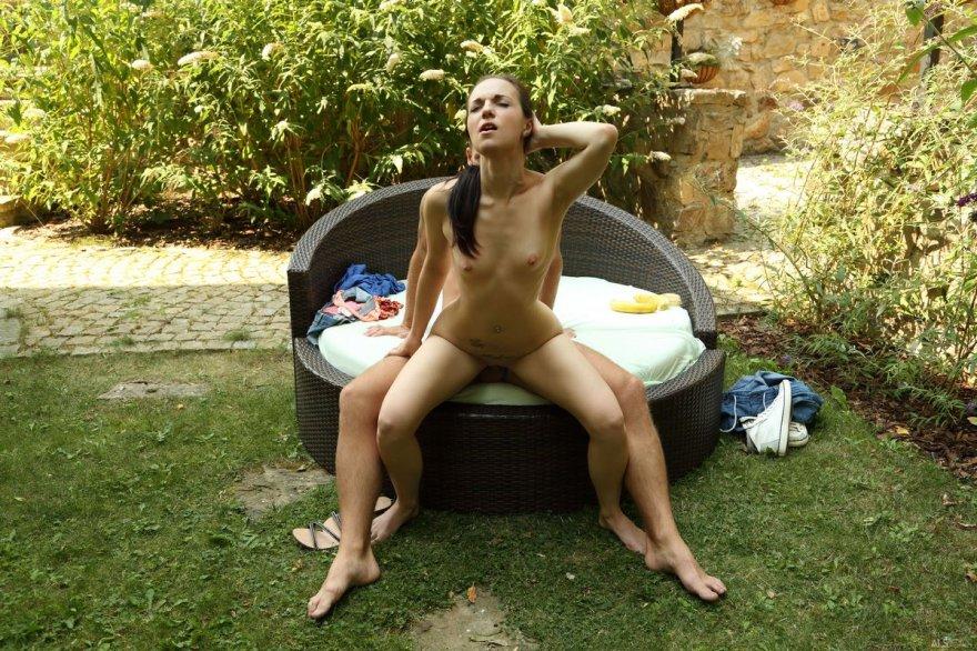 Брюнетка с пирсингом занимается сексом в саду