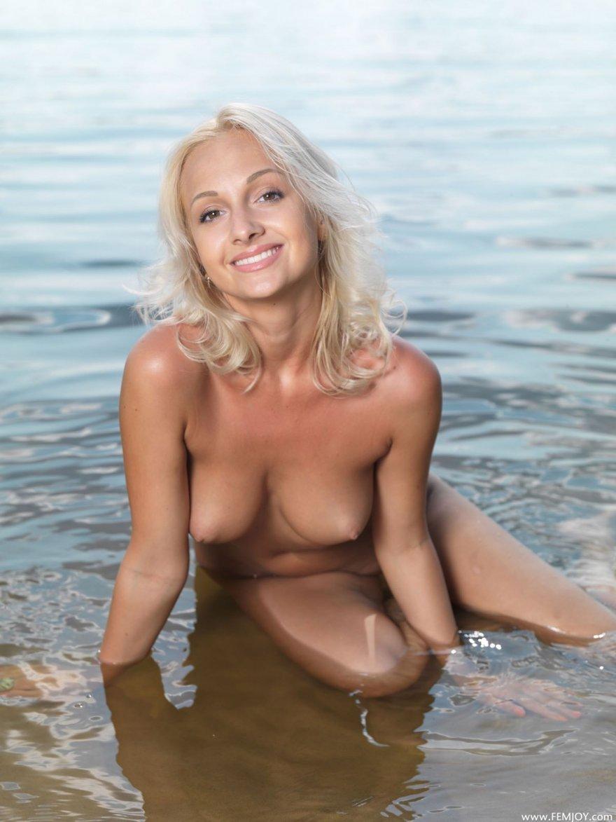 Голая блондиночка с прекрасными титьками на море