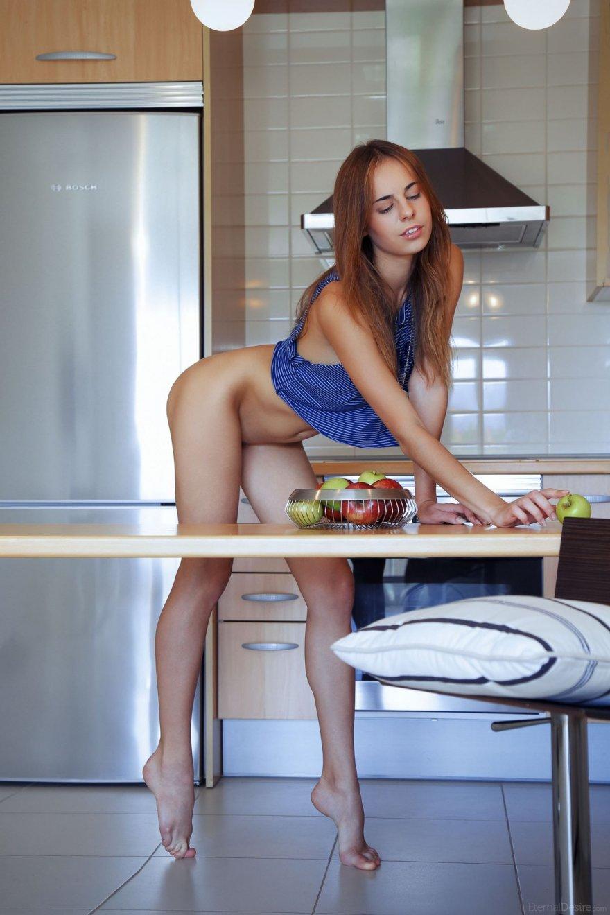 Молодая девушка голая на кухне