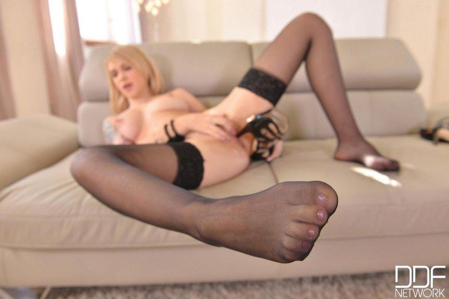 Эротика блондинки в красном корсете и чулочках