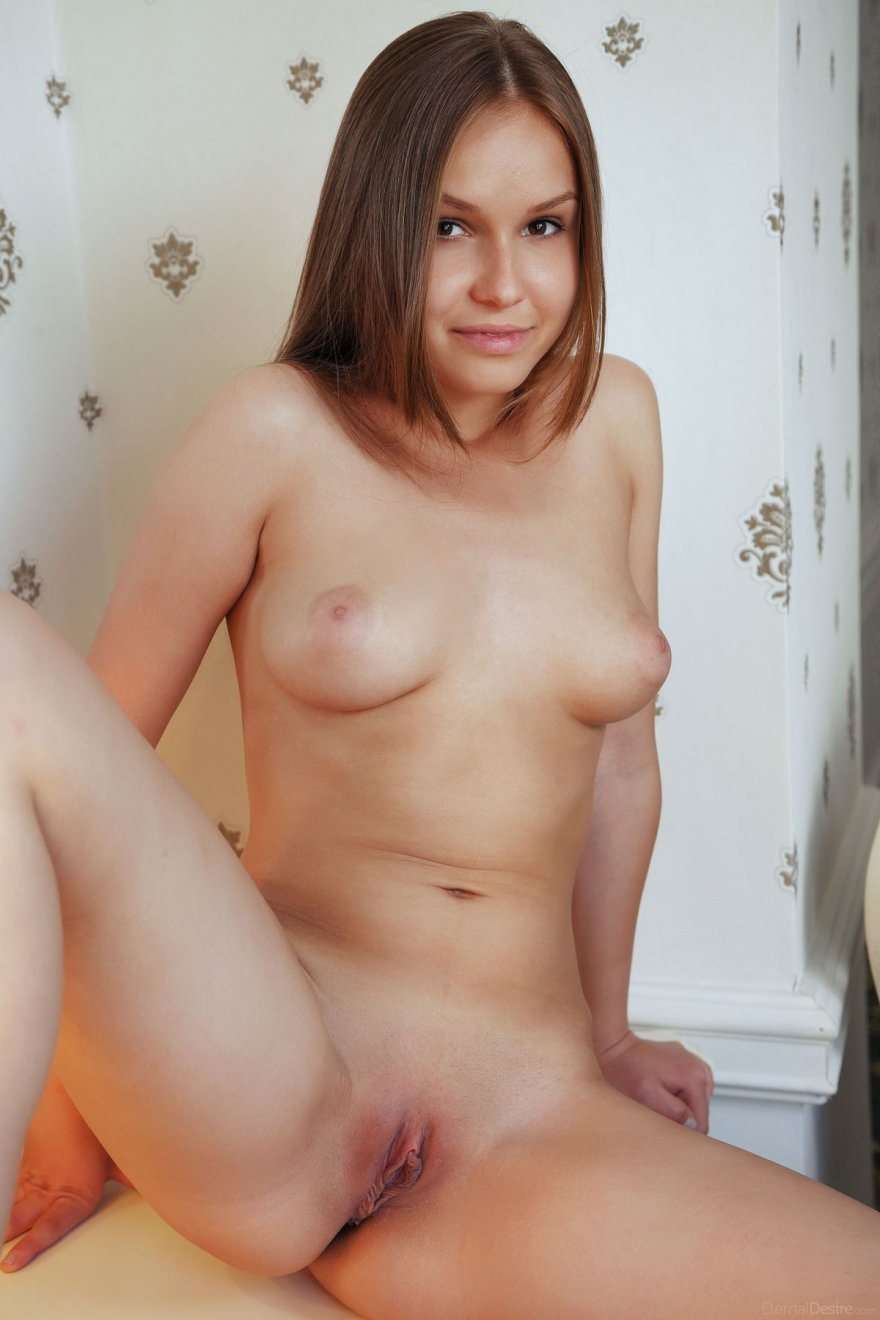 Молодая голая девушка на туалетном столике