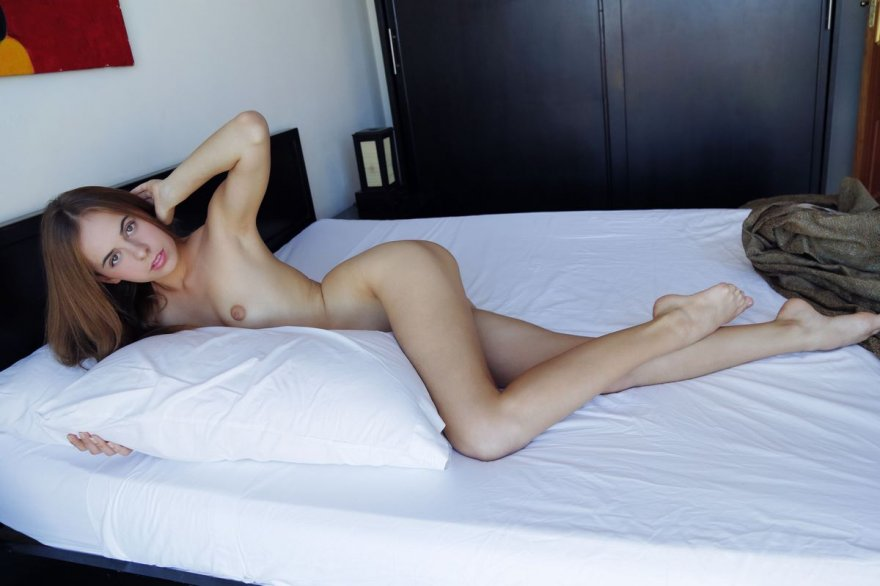 Гламурная русая порноактрисса с маленькими буферами голая на кроватке смотреть эротику
