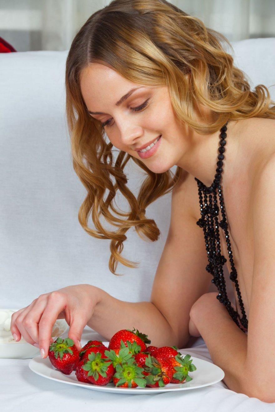 Милая клубничка - 19-летняя сучка ест клубнику со сливками