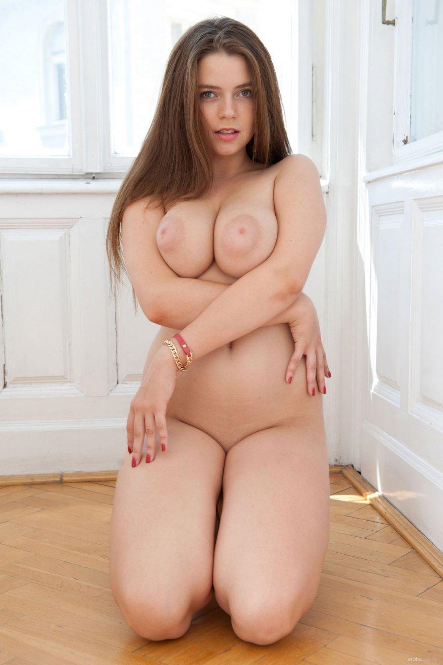 Большие сиськи с огромными сосками - снимки обнаженной брюнетки секс фото