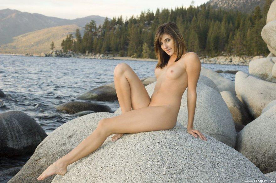 Фото голой девушки на огромном камне