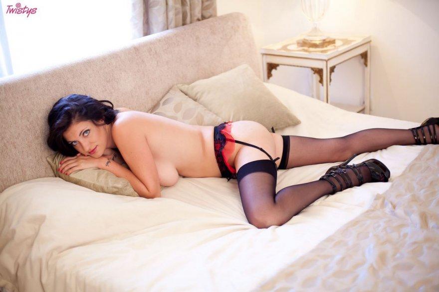 Роскошная топ-модель студии Twistys фоткается в гетрах секс фото