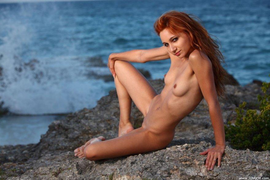 Подтянутая рыжая девушка голая у моря смотреть эротику