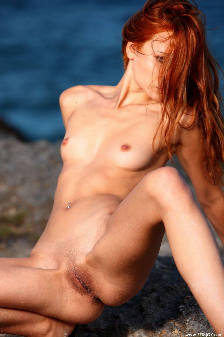 Красивая рыженькая сучка голая на берегу моря