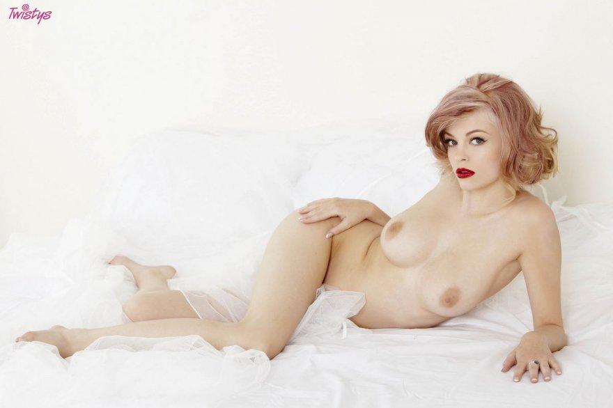 Роскошная порнография обнаженной тёти с ярко-красными губками