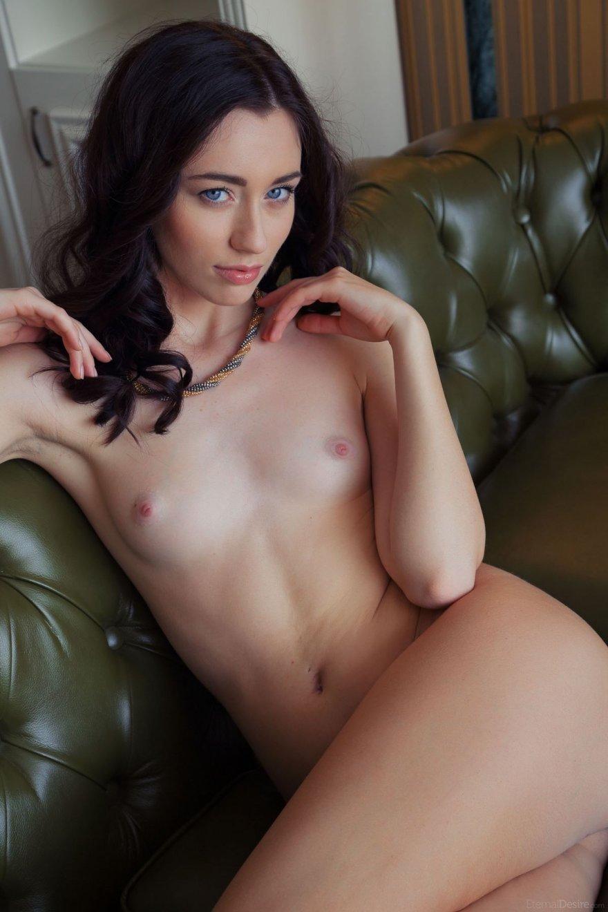 Секс с симпатичной девушкой с голубыми глазами
