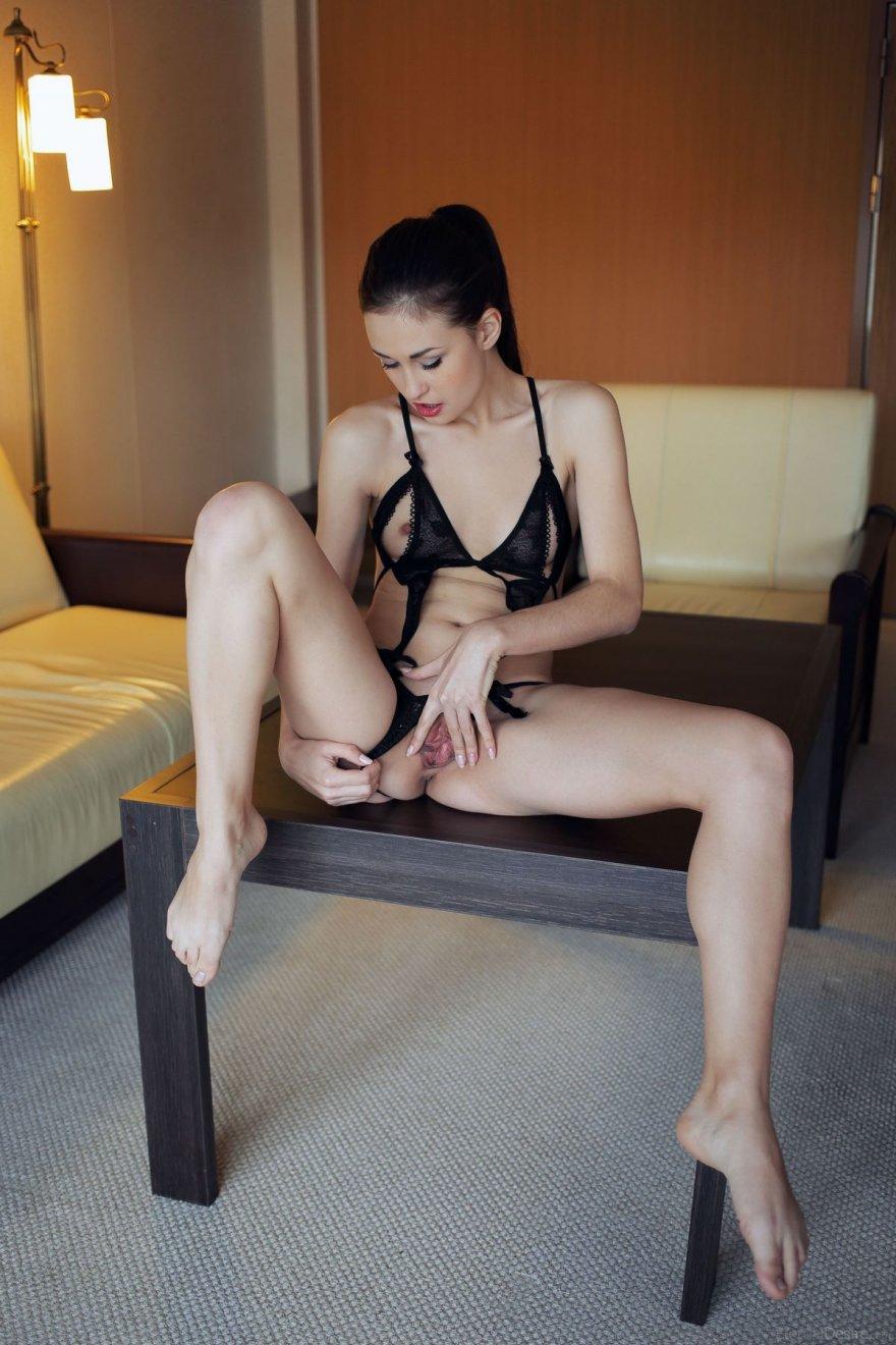 Юная сучка в соблазняющем нижнем белье секс фото