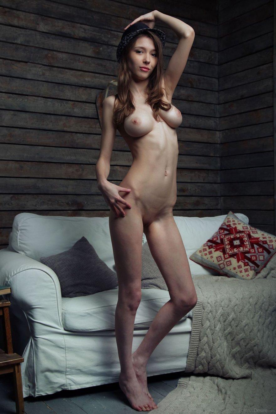 20-летняя брюнетка с шикарной грудью секс фото