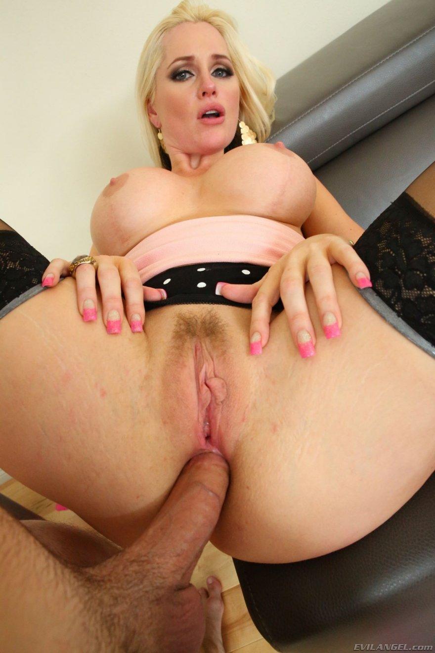 Анальный секс с грудастой блондинкой в чулках