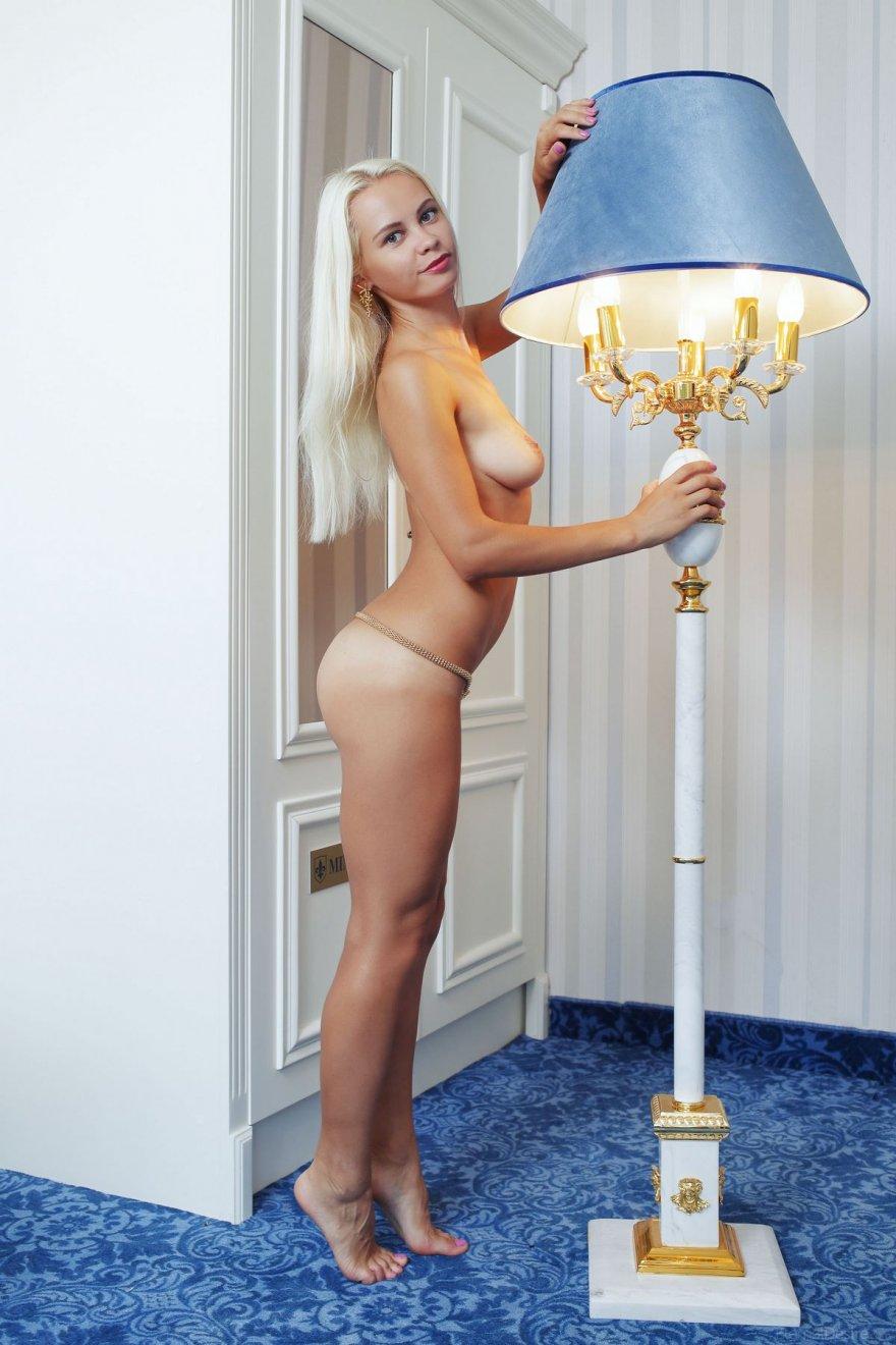 Голая блондинка с золотым поясом на бедрах