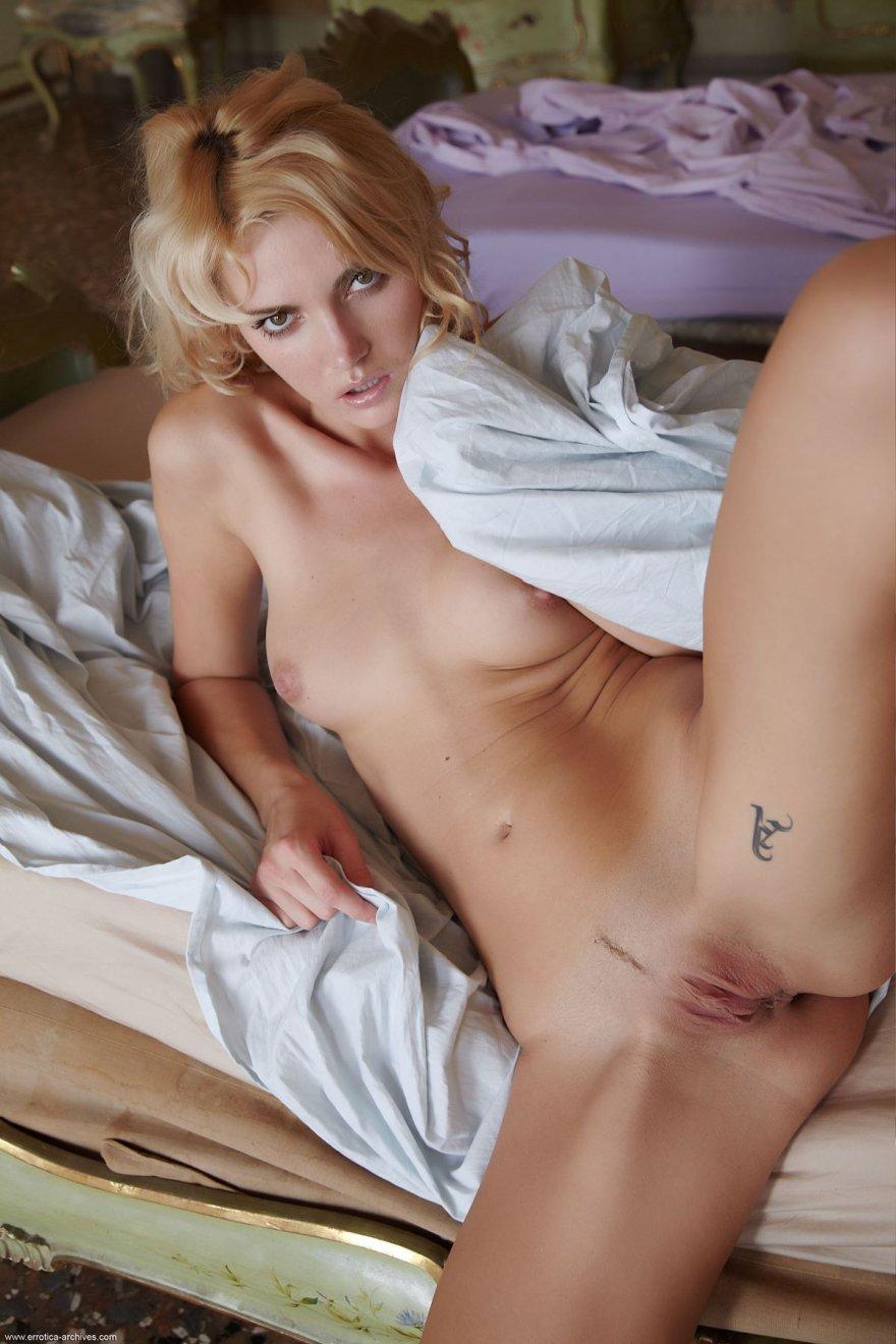 Эротические фото голой блондинки в спальне