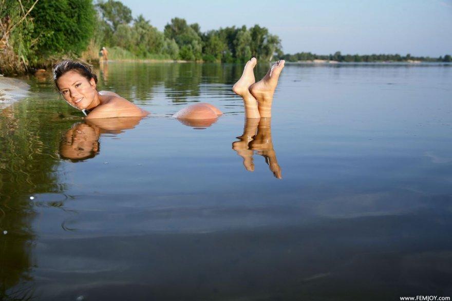 Фото ню обнаженной девушки в реке