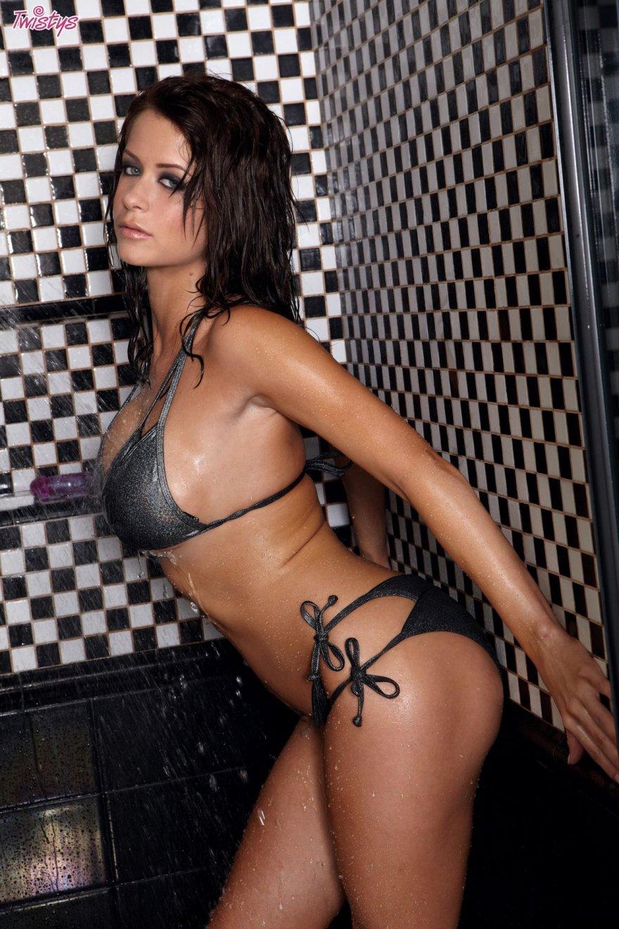 Фото модели с шикарным голым телом в душе