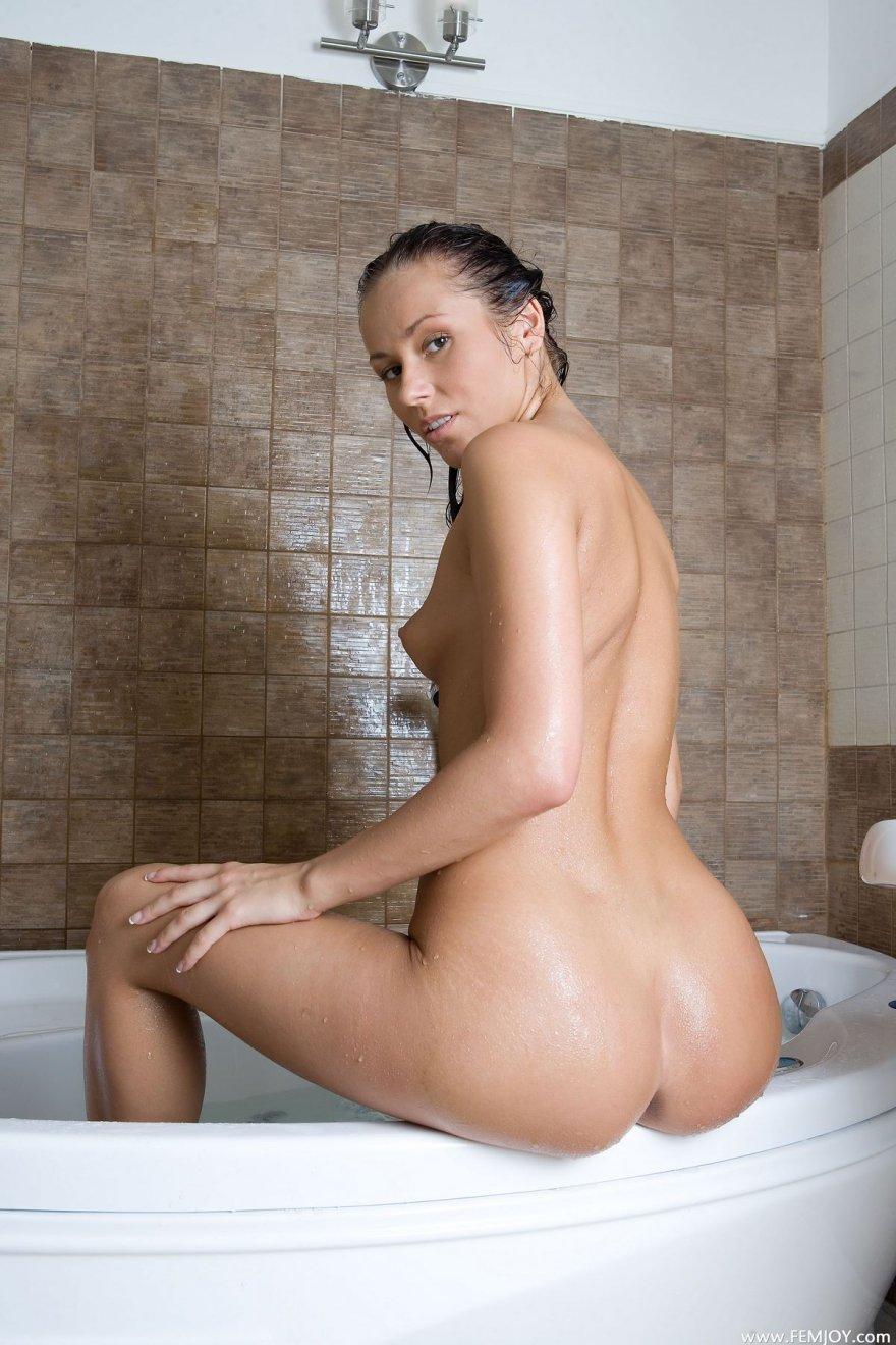 Загорелая брюнетка в ванной