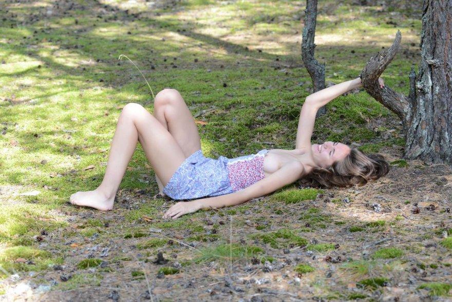 Изящная лесная потаскушка голая на природе секс фото