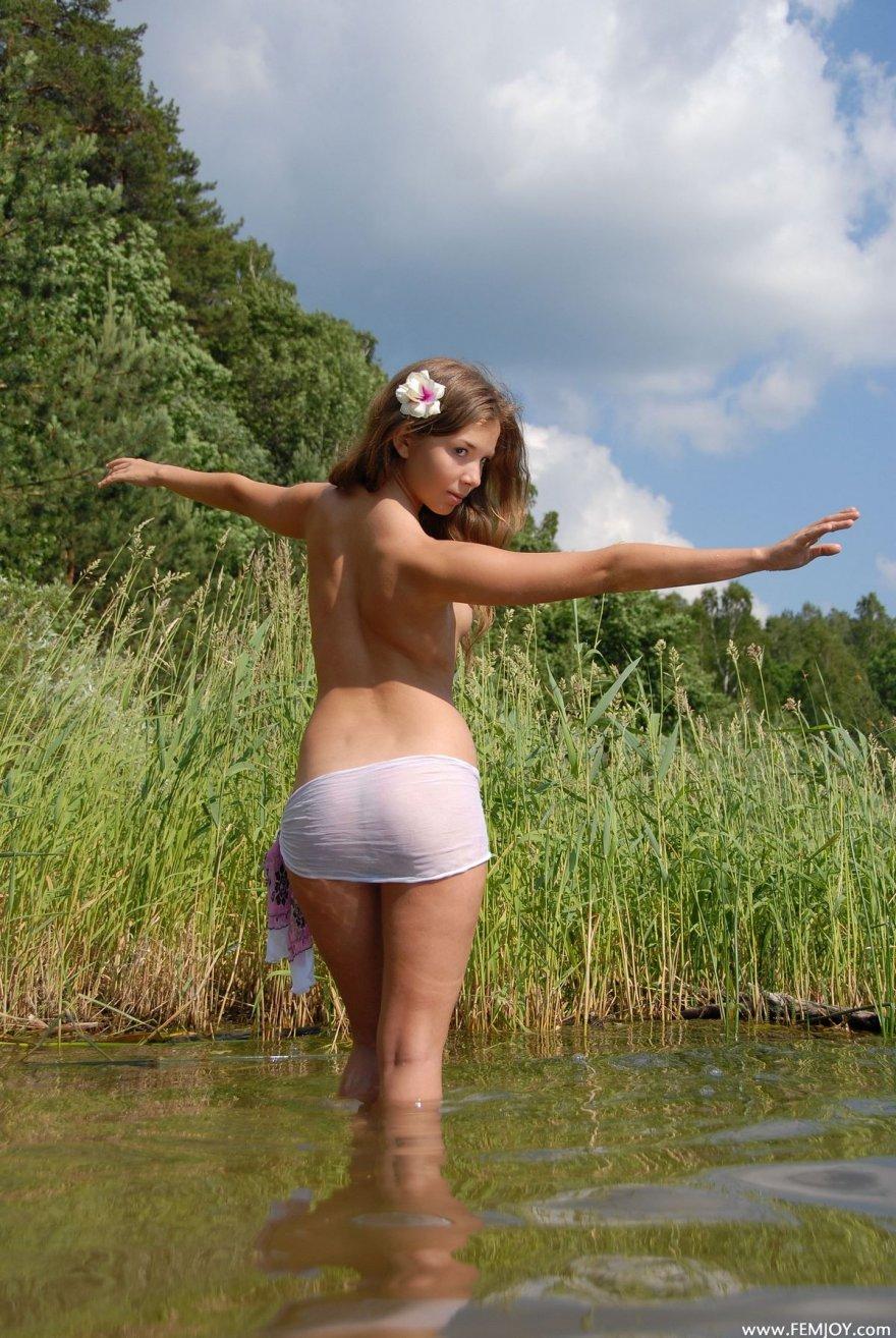 Красивые фото ню блондинки в реке