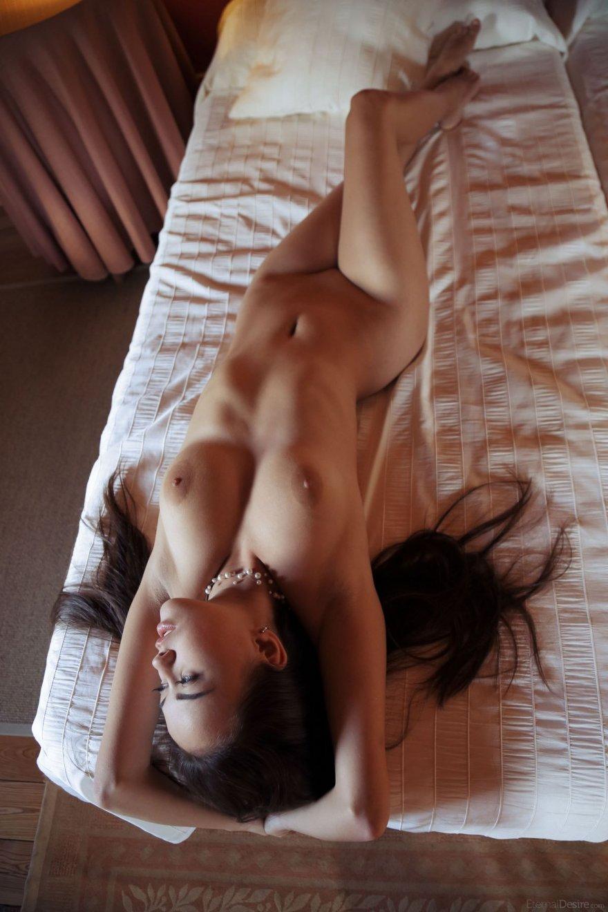 Эротика красивой голой девушки в спальне