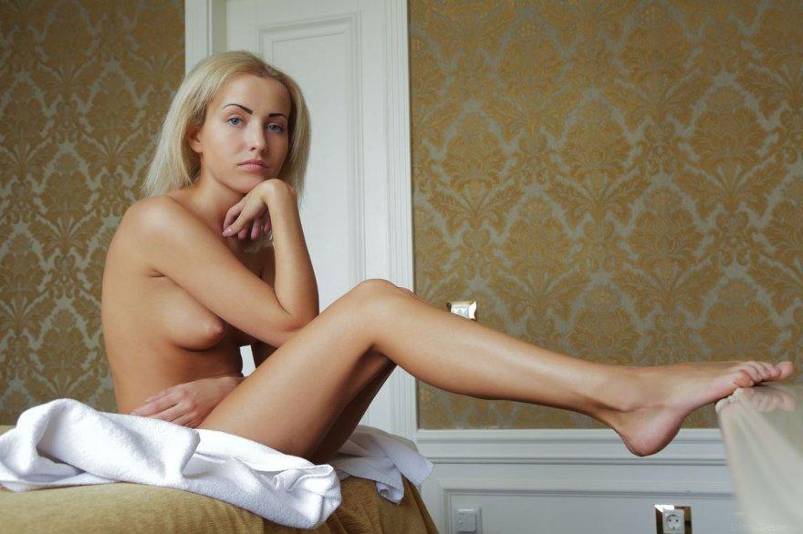 Привлекательная обнаженная блонди с татуажем бровей смотреть эротику