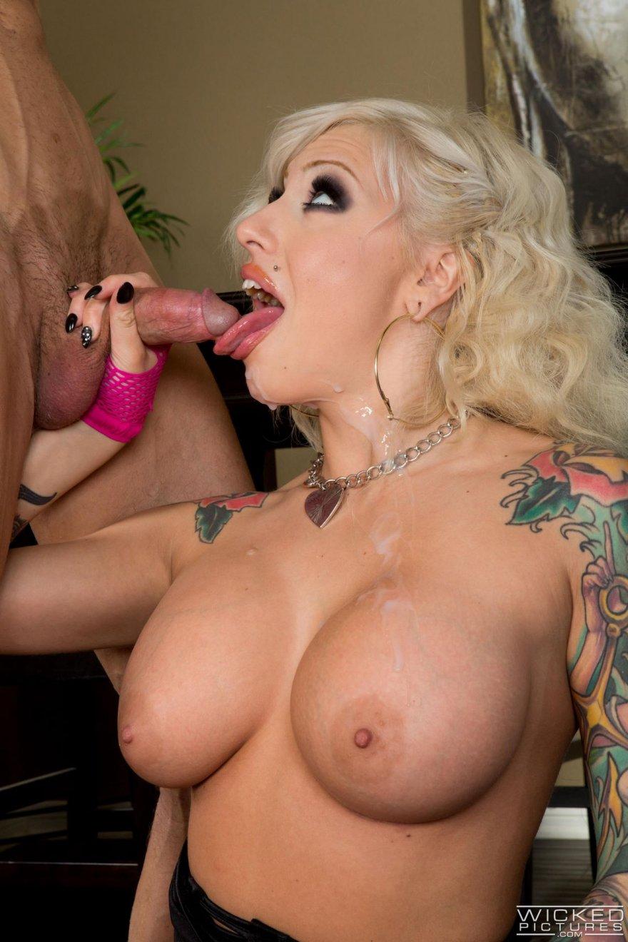 Секс-фото шикарной блондинки с яркими татуировками