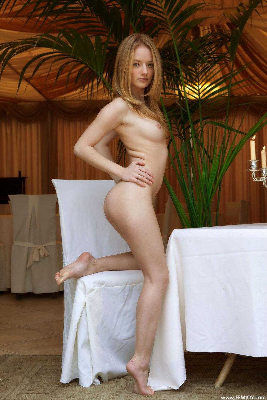 Эротика голой блондинки в ресторане