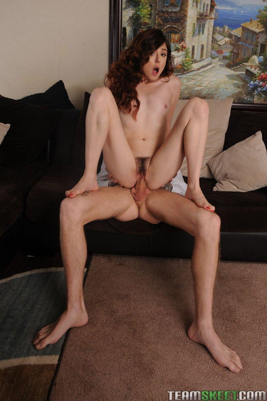 Ню фото брюнеточки с небольшими дойками секс фото