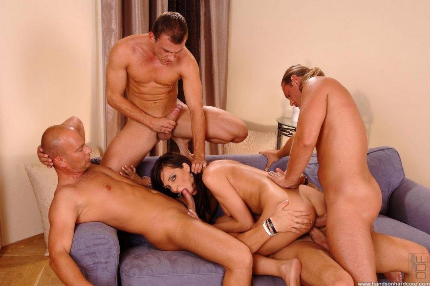 скачать групповой секс 4 мужика и 1 девушка на телефон