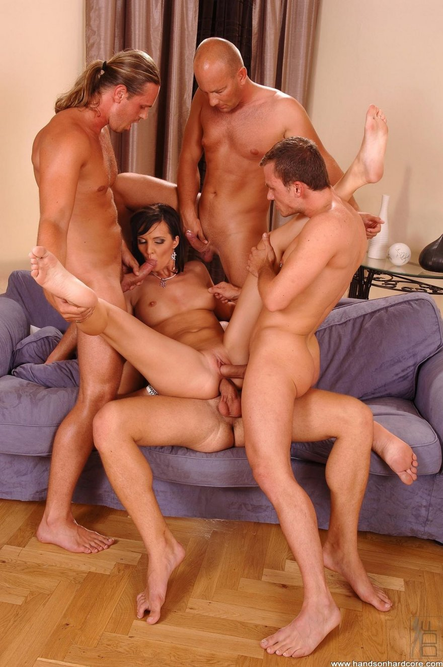 Три мужика одна девушка групповое сиськи